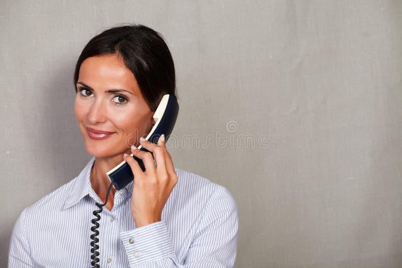 Één persoon die op de telefoon spreken royalty-vrije stock foto