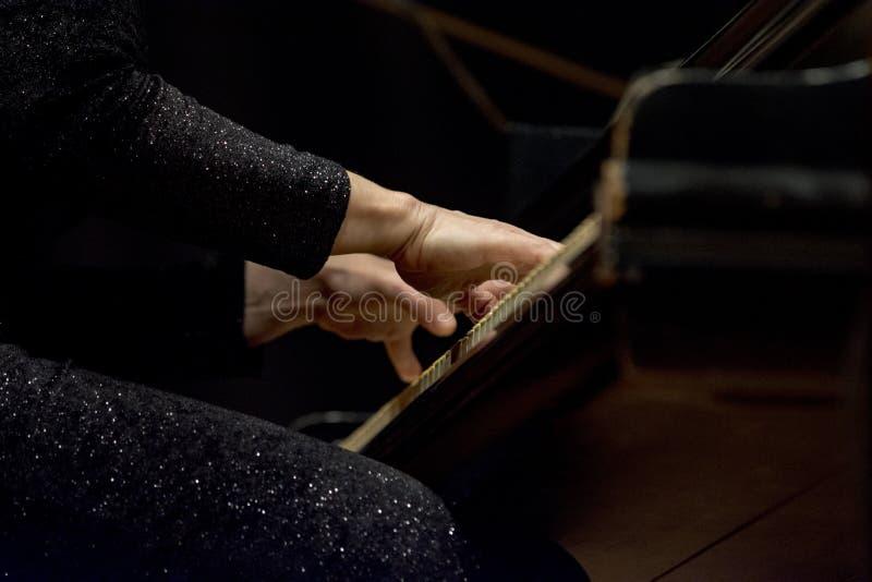 Één piano van vrouwenspelen in een overleg stock foto's