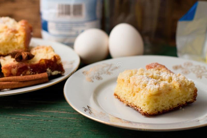 Één plak van appeltaart in keuken met ingrediënten stock afbeeldingen