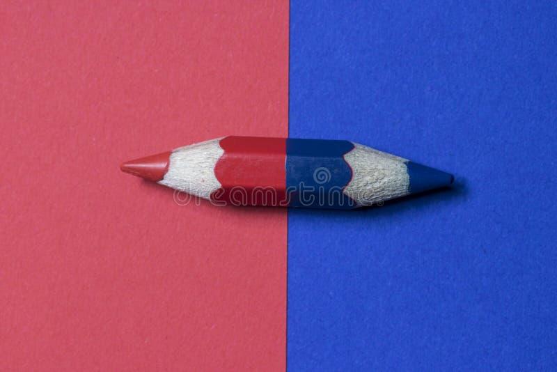 Één potlood met rode en blauwe kleur stock afbeeldingen
