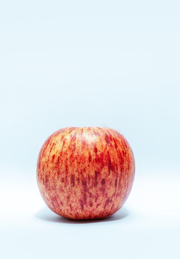 Één rode die appel op de lijst wordt geplaatst stock foto's