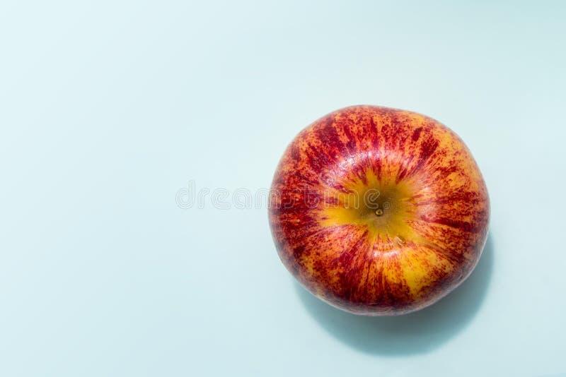 Één rode die appel op de lijst wordt geplaatst royalty-vrije stock foto's