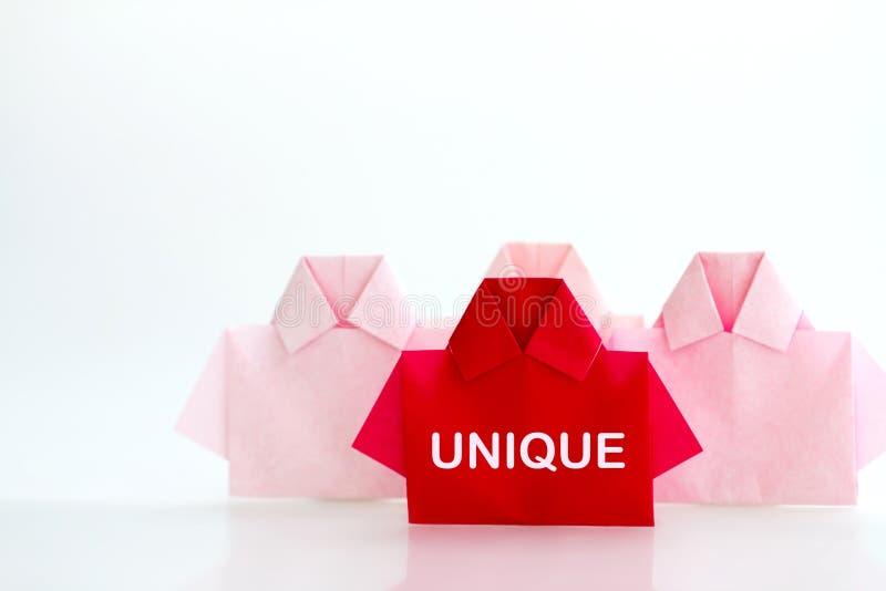 Één Rood onder het witte document van het origamioverhemd, unieke individualiteit a royalty-vrije stock fotografie