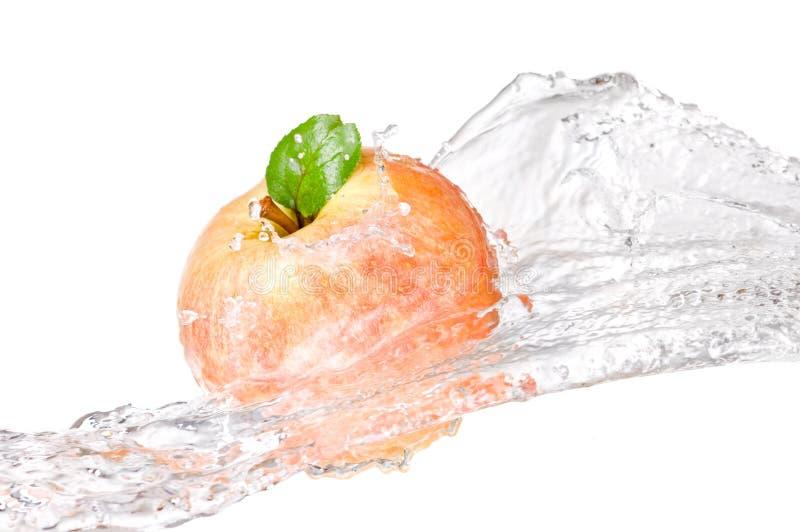 Één sappige rode appel in geïsoleerder waterplons royalty-vrije stock fotografie