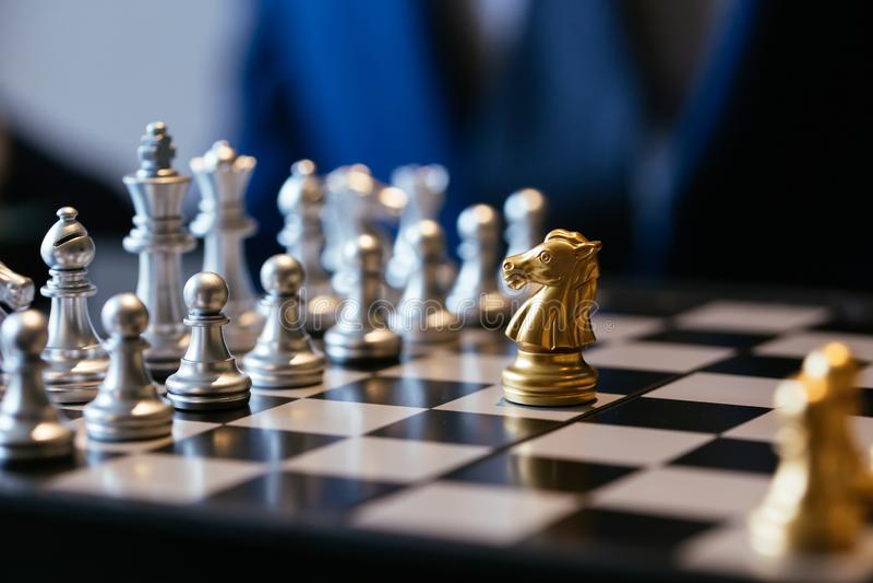 Één schaakstuk tegen velen op schaakbord royalty-vrije stock foto's