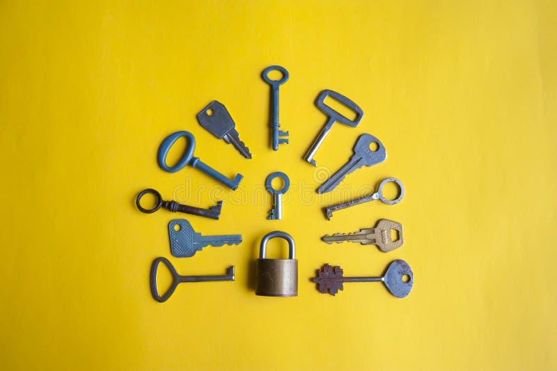 Één slot en vele sleutels royalty-vrije stock fotografie