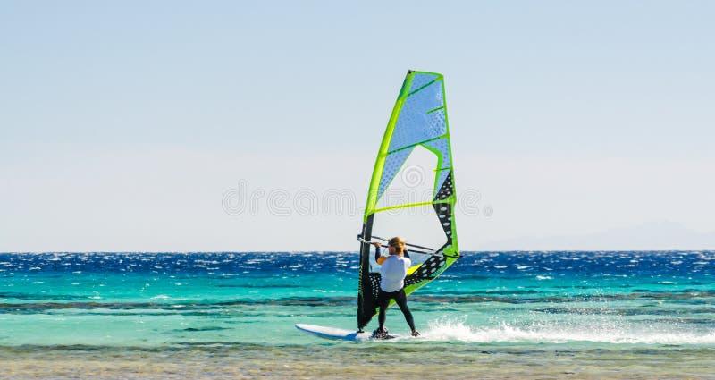 Één surferritten in het Rode Overzees in Egypte Dahab stock foto's