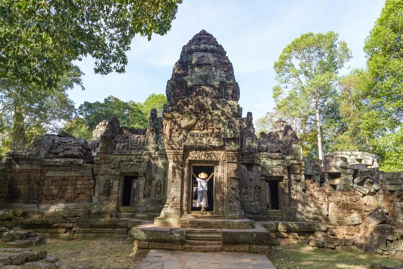 Één toerist die Angkor-ruïnes amid wildernis, complexe de tempel van Angkor bezoeken Wat, reisbestemming Kambodja Vrouw met Tradi royalty-vrije stock fotografie