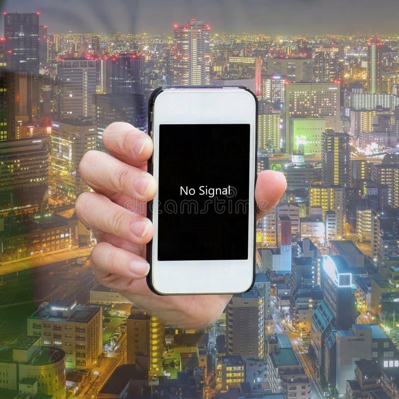 Één toont waarschuwing 'geen signaal' op smartphone stock foto's