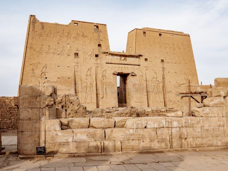 Één van de best est bewaarde oude tempels in Egypte de Edfu-Tempel van Horus blijft een belangrijke aantrekkelijkheid voor toeris stock afbeeldingen