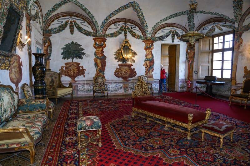 Één van de binnenlandse die ruimten met tapijtwerk van het kasteel van Masino worden verfraaid royalty-vrije stock foto