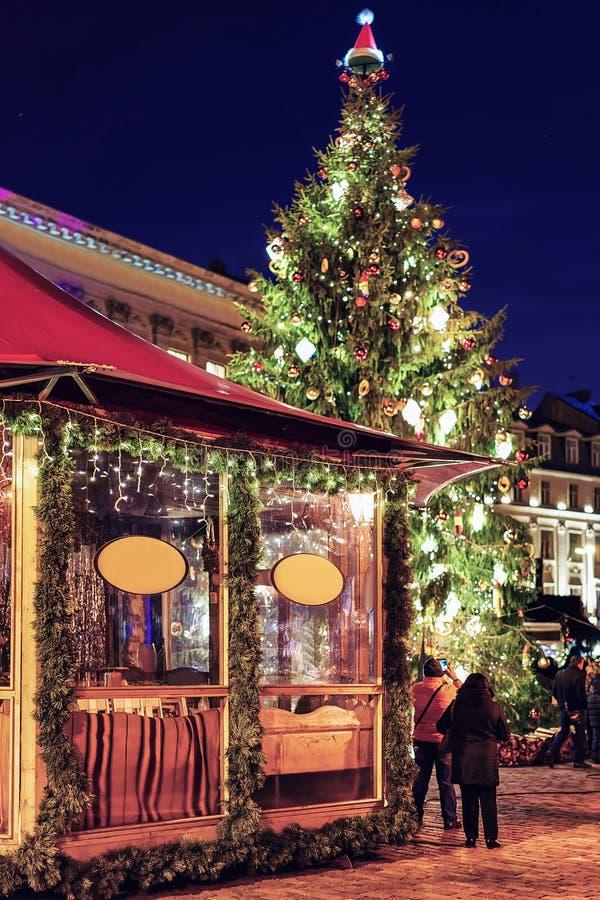 Één van de boxen dichtbij de Kerstboom in Riga stock fotografie