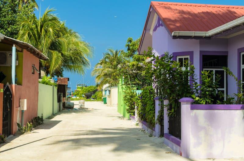 Één van de centrale straten die van klein tropisch eiland, de Oceaan van Brits-Indië, Kaafu-Atol, het Eiland van Kuda Huraa, de M stock afbeelding