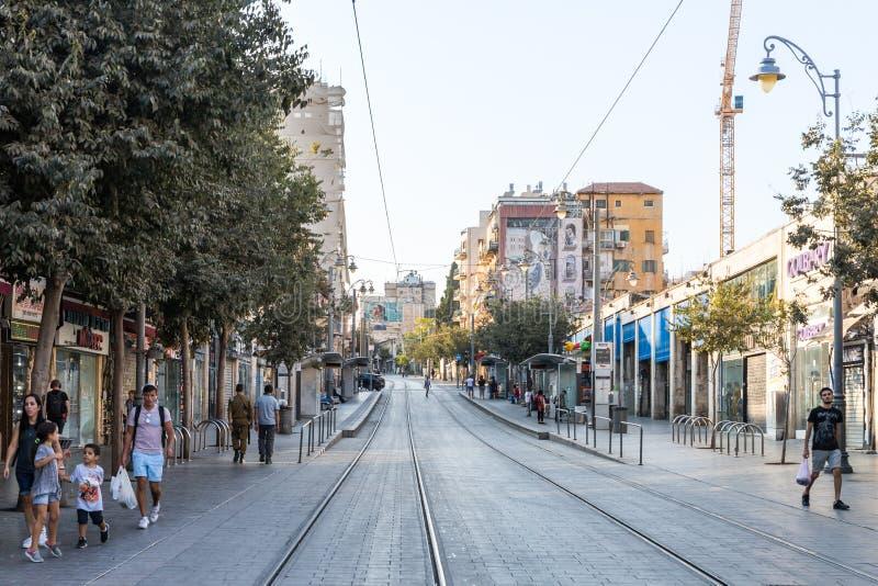 Één van de centrale straten van de stad in Jeruzalem vroeg in de avond, Israël royalty-vrije stock foto's