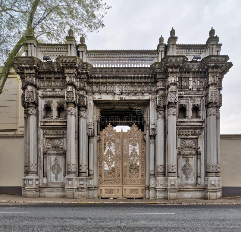 Één van de deuren die tot het Ciragan-Paleis bij Ciragan-Straat leiden, een vroeger die Ottomanepaleis in Beshektash, Istanboel,  royalty-vrije stock afbeelding