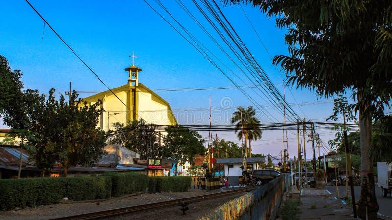 Één van de kerken dichtbij de spoorwegsporen stock foto's