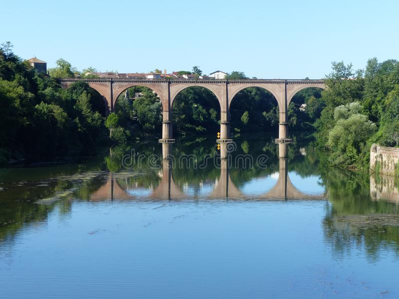 ??n van de lange bruggen met bogen van de Bisschoppelijke stad van Albi in het zuidwesten van Frankrijk stock fotografie