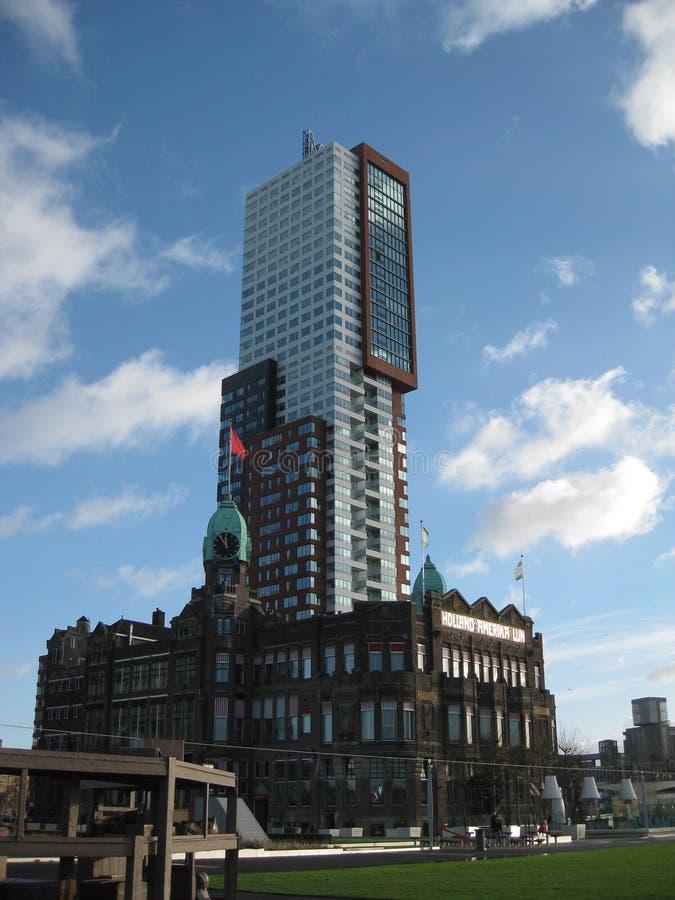 Één van de lange glasgebouwen dichtbij de centrale post in Rotterdam, Nederland stock foto's