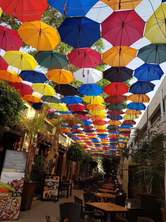 Één van de mooie restaurants op het Eiland Cyprus, met een prachtige mening: parapludekking paraplu's stock foto
