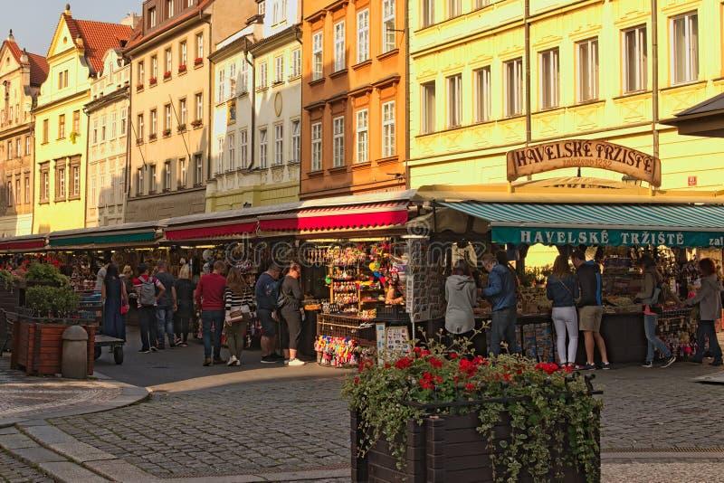 Één van de oudste en kleurrijkste markten in Praag De markt van Havelskétrå ¾ iÅ ¡ tÄ› Havel of Havel-markt royalty-vrije stock foto