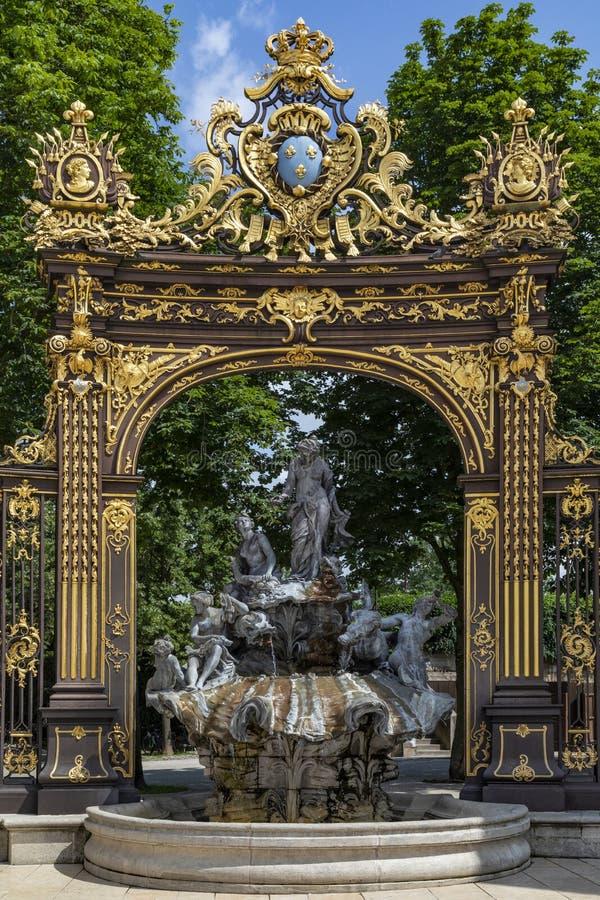 Één van de poorten en de fonteinen in Stanislas Place - Nancy - Fran stock foto's