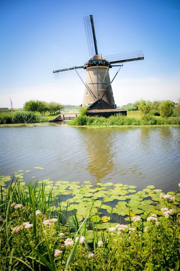 Één van de talrijke molens die op de rivieren van Kinderdijk drijven stock fotografie