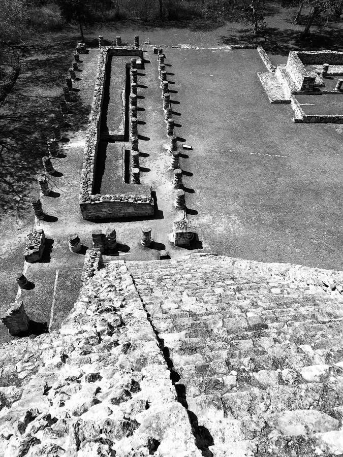 Één van de vele ruïnes en de piramides van Mayapan - YUCATAN - MEXICO royalty-vrije stock afbeeldingen