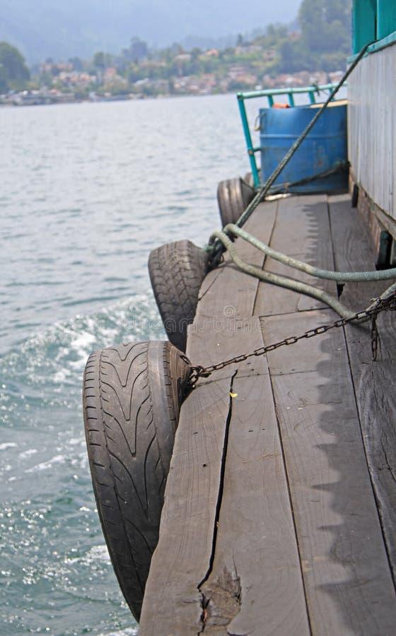 Één van kanten, Indonesische veerboot, meer toba stock foto's