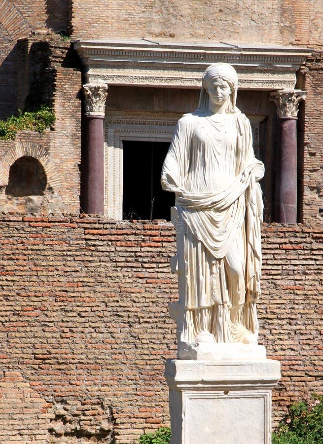 Één van vestal virgins in Roman Forum, Rome, Italië royalty-vrije stock afbeelding