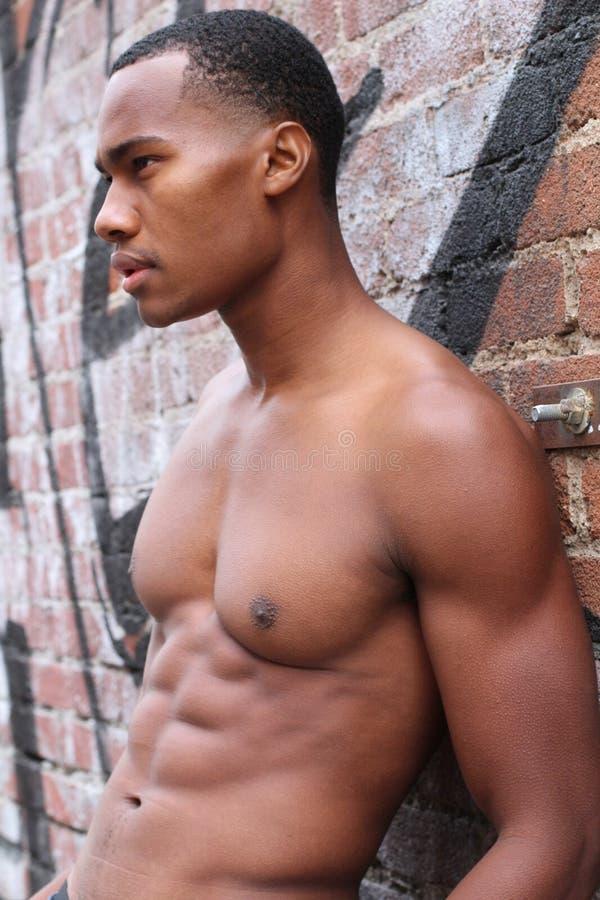 Één verbazende Afrikaanse mens met spier mannelijk sensueel topless lichaam met sterk koelt 6 pak buik en atletische borst royalty-vrije stock afbeelding