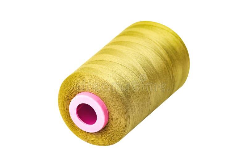 Één verdraaide cilindrisch nieuw schoon spoelhoogtepunt van gele synthetische die draden op witte achtergrond wordt geïsoleerd royalty-vrije stock fotografie