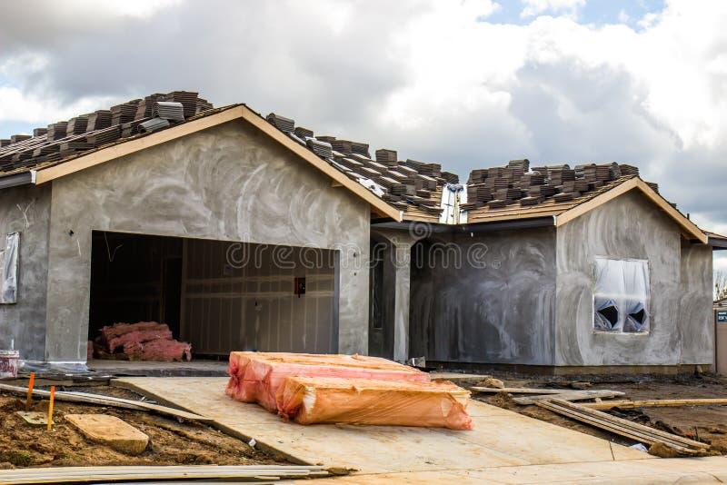 Één Verhaal Nieuwe Bouw van Huis onlangs met Gipspleister stock afbeeldingen