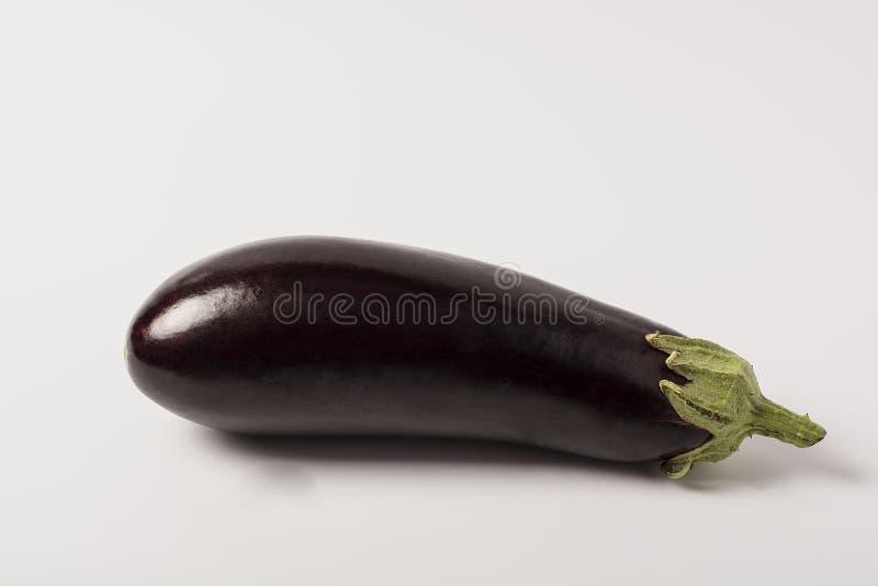Één verse die aubergine met stam op witte achtergrond wordt geïsoleerd royalty-vrije stock foto's