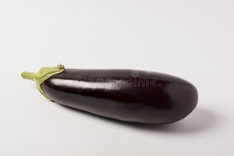 Één verse die aubergine met stam op witte achtergrond wordt geïsoleerd royalty-vrije stock foto
