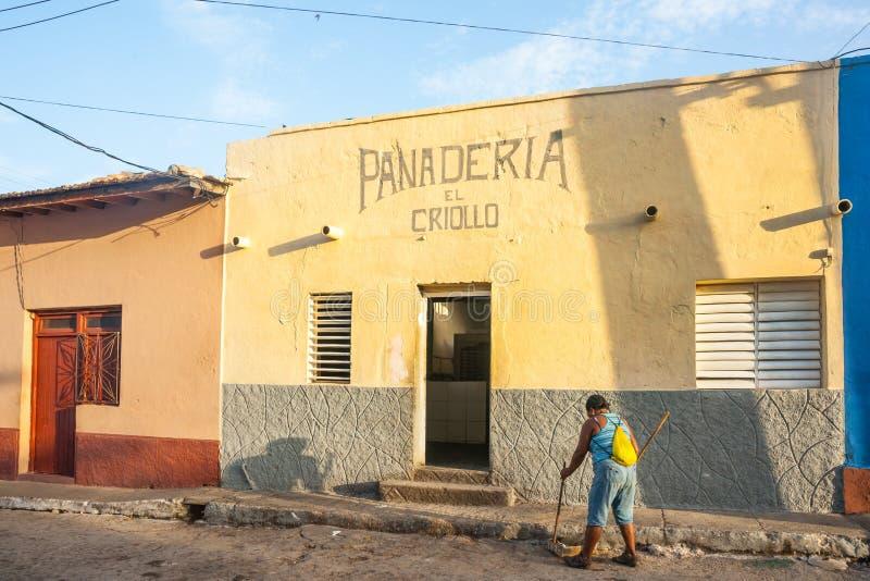 Één vrouw in veger van de ochtend de lichte straat in Trinidad de Cuba royalty-vrije stock foto's