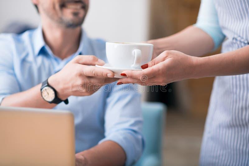Één vrouwelijke koffiearbeider die koffie geven royalty-vrije stock afbeelding