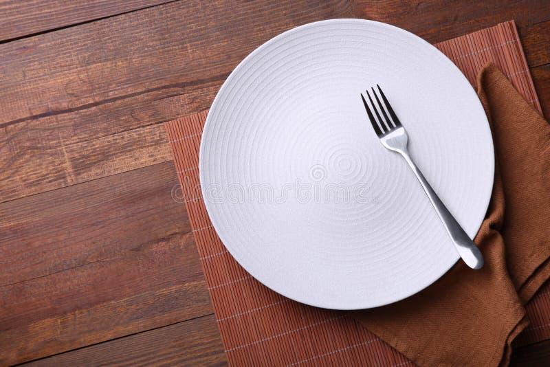 Één witte schone plaat met vork stock afbeeldingen