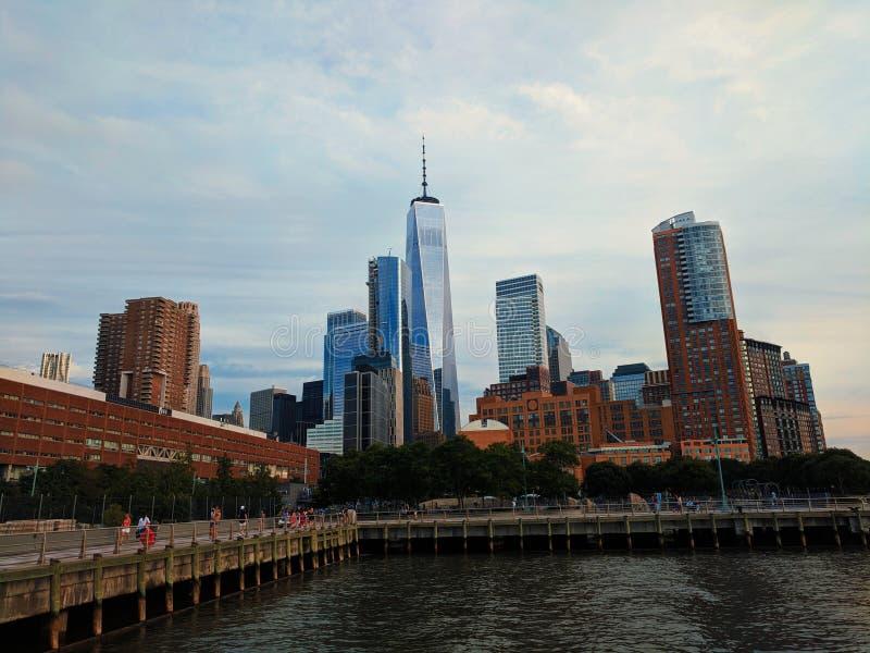 Één World Trade Center en van Manhattan horizon op een bewolkte dag van het westenrivier in Nieuwe Yorok royalty-vrije stock afbeeldingen