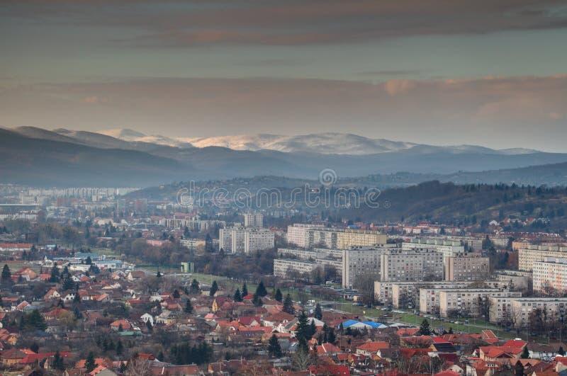 Ééngezinshuizen en torenblokken in de winter Miskolc Hongarije royalty-vrije stock foto