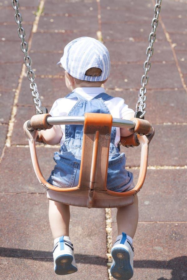 2 éénjarigen jongen het spelen op aangepaste schommeling royalty-vrije stock foto's