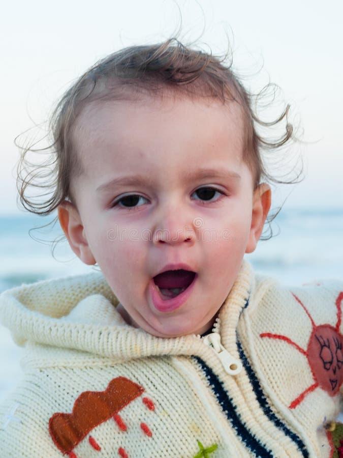 2 éénjarigenmeisje dat geeuwen royalty-vrije stock foto's