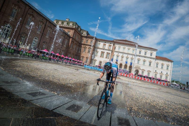 韦纳里亚雷亚莱,意大利2018年5月25日:调动的专业骑自行车者从公共汽车到指挥台署名 库存照片