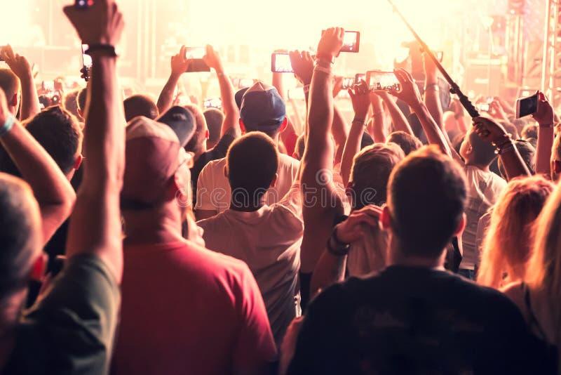 音乐会爱好者跳舞 免版税库存图片