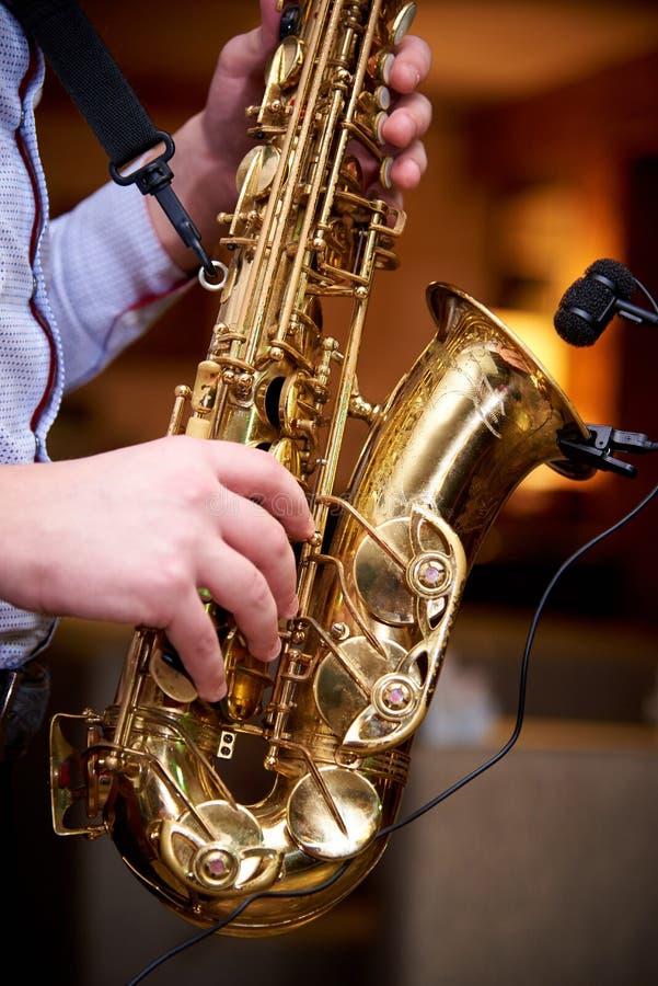 音乐家演奏在萨克斯管的爵士音乐 库存照片