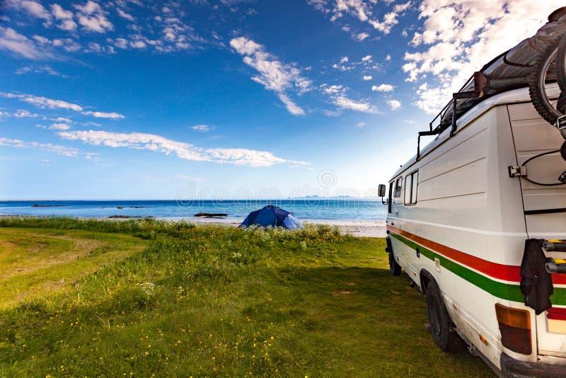 露营者货车和帐篷在海滩,罗弗敦群岛挪威 免版税图库摄影
