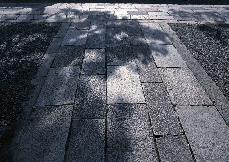 难倒背景的日本坚硬黑石头室外路 免版税库存照片