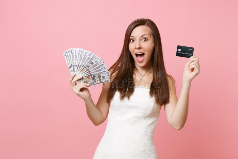 鞋带白色婚纱藏品捆绑许多的激动的新娘妇女美元、现金金钱和信用卡 免版税图库摄影