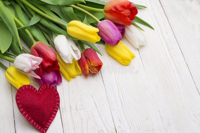 郁金香和红心花束在土气木板,妇女的天,情人节, 库存图片