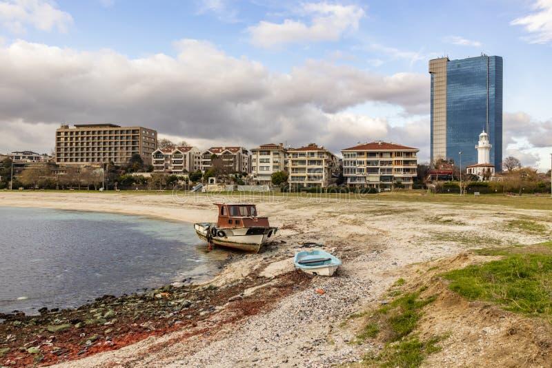 都市风景和城市视图从yeÅŸilköy在伊斯坦布尔有大厦和小船的从海sid 免版税图库摄影