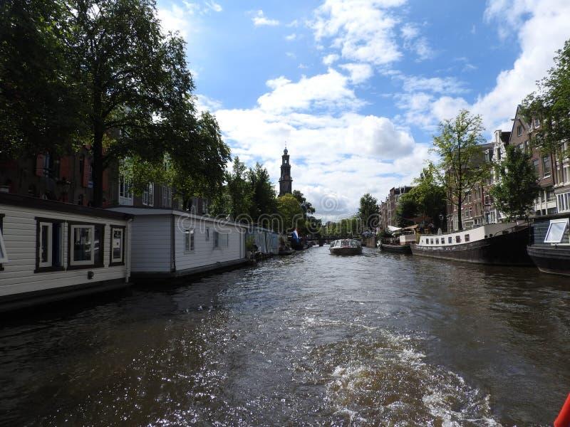 阿姆斯特丹日落在运河江边,阿姆斯特丹,荷兰的城市地平线 免版税库存照片